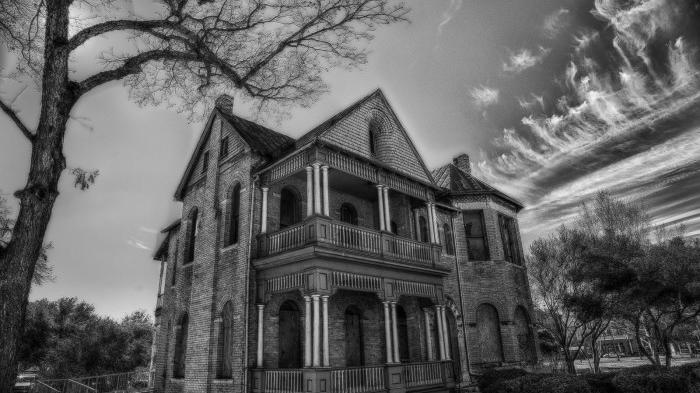 go_mad_in_the_country_creepy_house